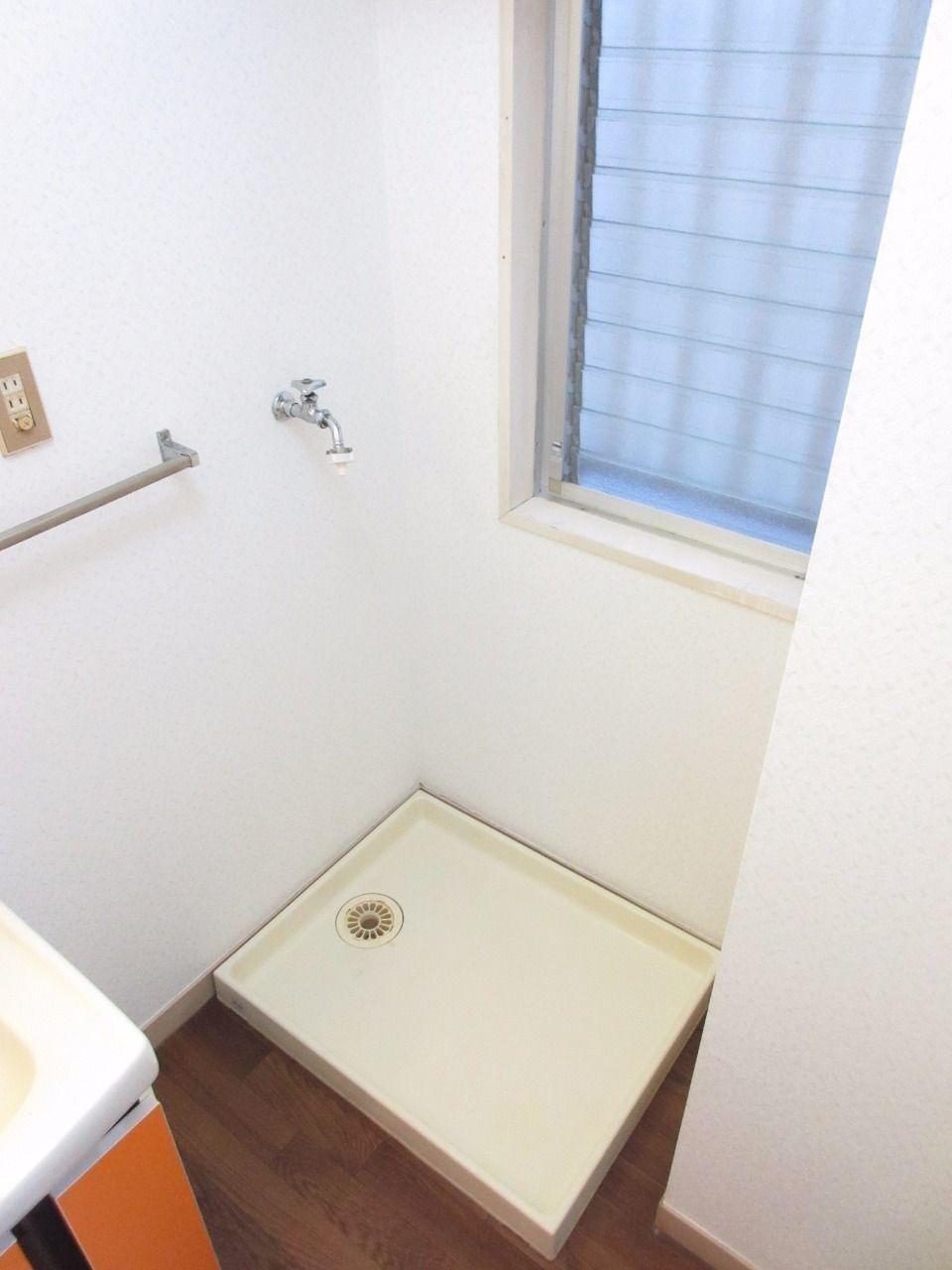 洗濯機置場には防水パンと扉を設置しました