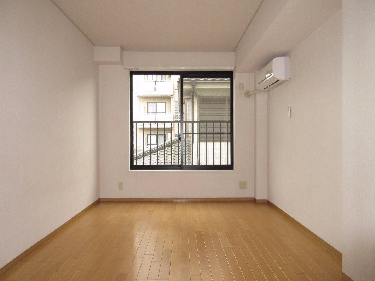 白を基調とした清潔感あるお部屋です