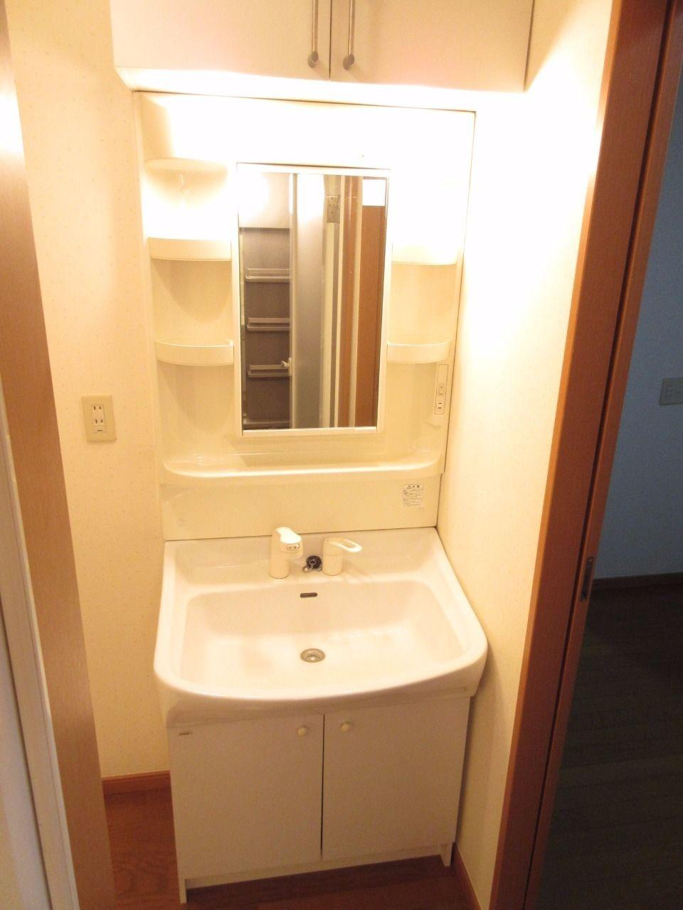 シャワーノズルが伸びるので、洗面台の掃除も隅々までできます