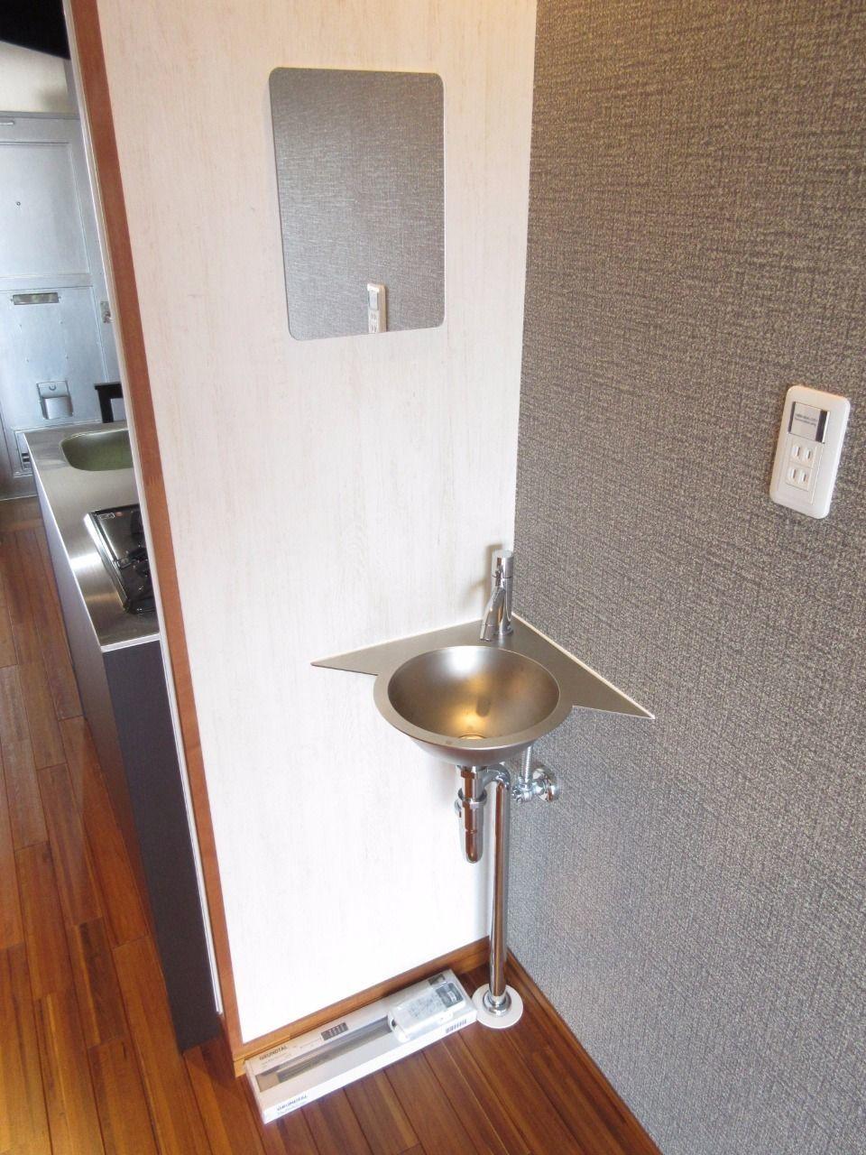 小さい洗面台ですが、あると便利です