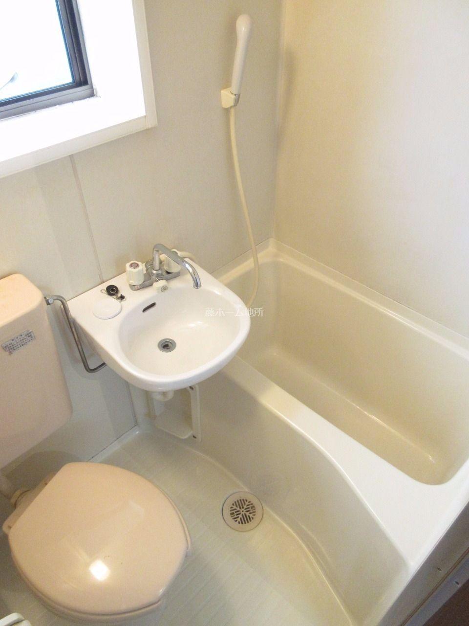 換気もでき、採光も入る窓付きの浴室です