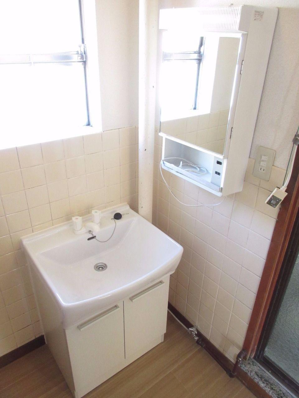 収納付鏡を設えた、洗面化粧台。