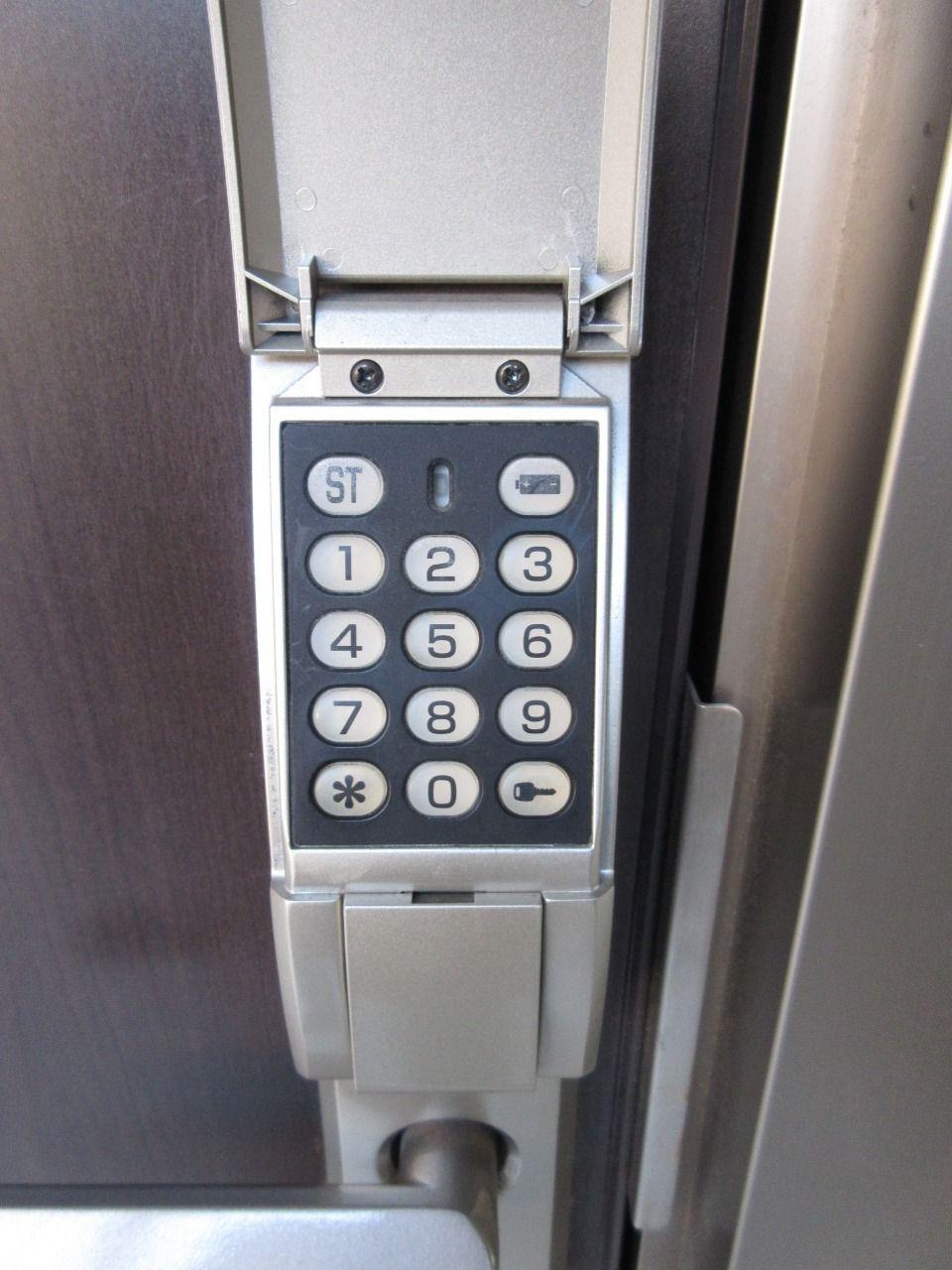 玄関扉のカギは、自分で暗証番号が決められる電子キーになります
