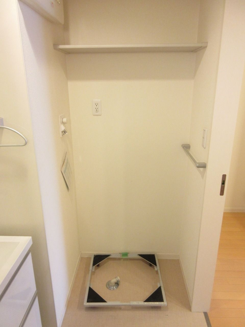 アジャスター付きの洗濯機台を設置しました
