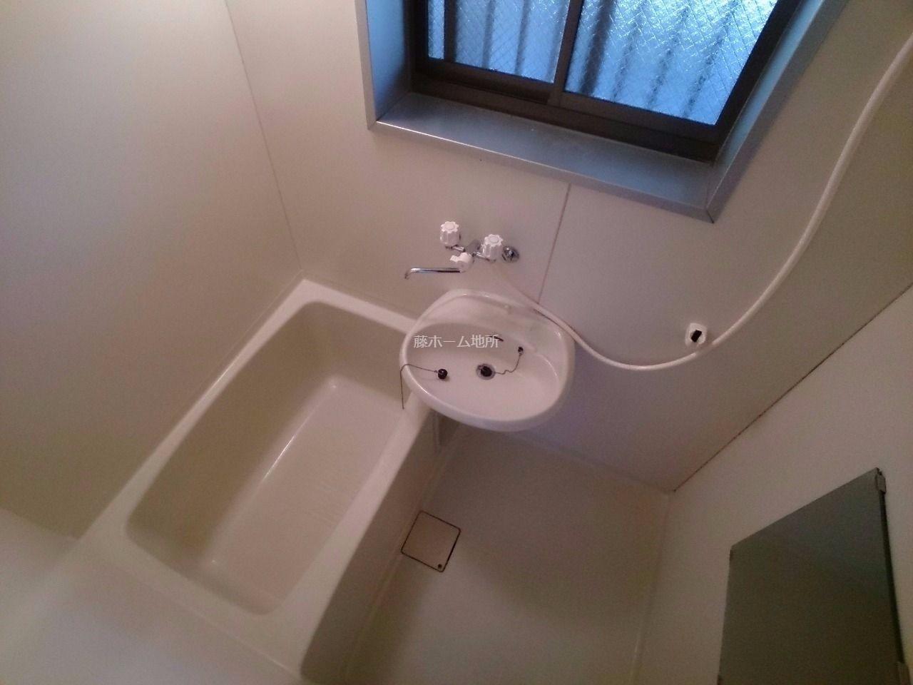 窓が付いており、換気のしやすい浴室です
