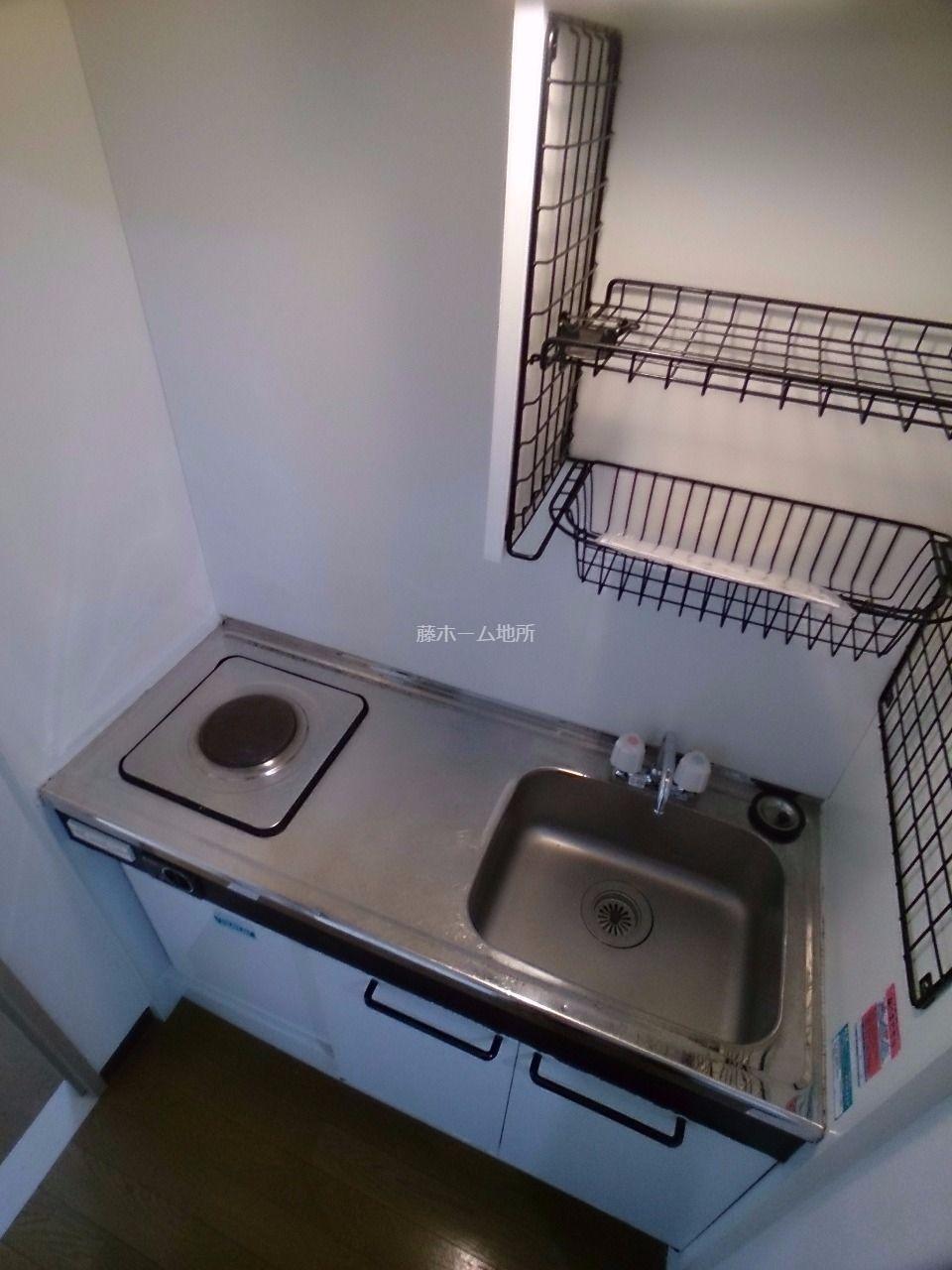 ミニ冷蔵庫付です お持ちの冷蔵庫はお部屋か玄関横に置けます
