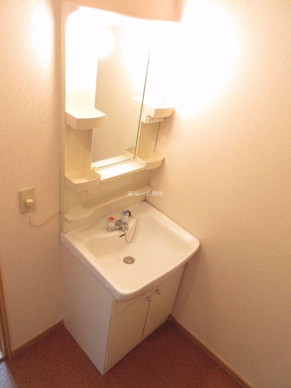 収納付鏡を設えた、シンプルな洗面化粧台。