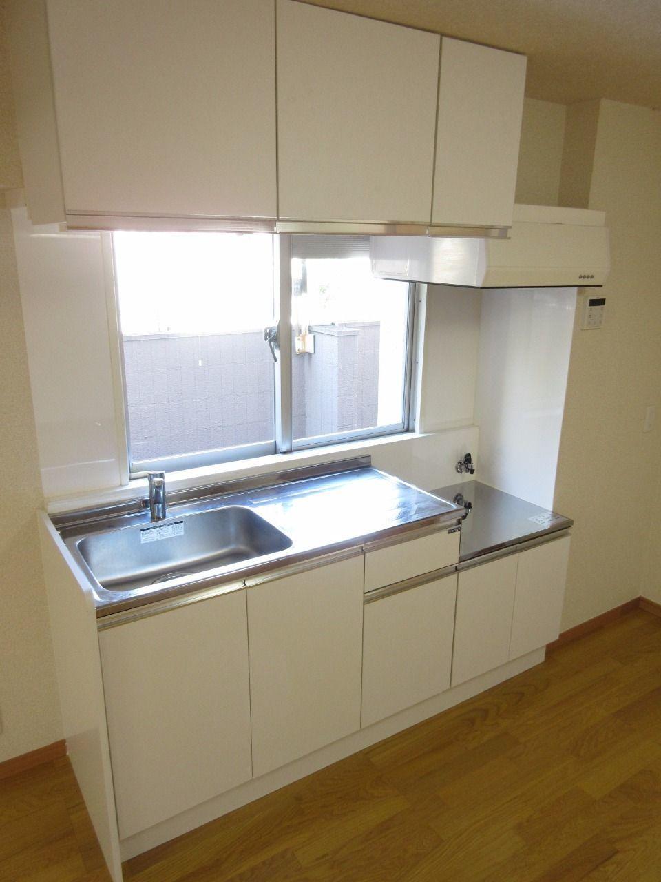 窓付の明るい空間で料理できるシステムキッチン