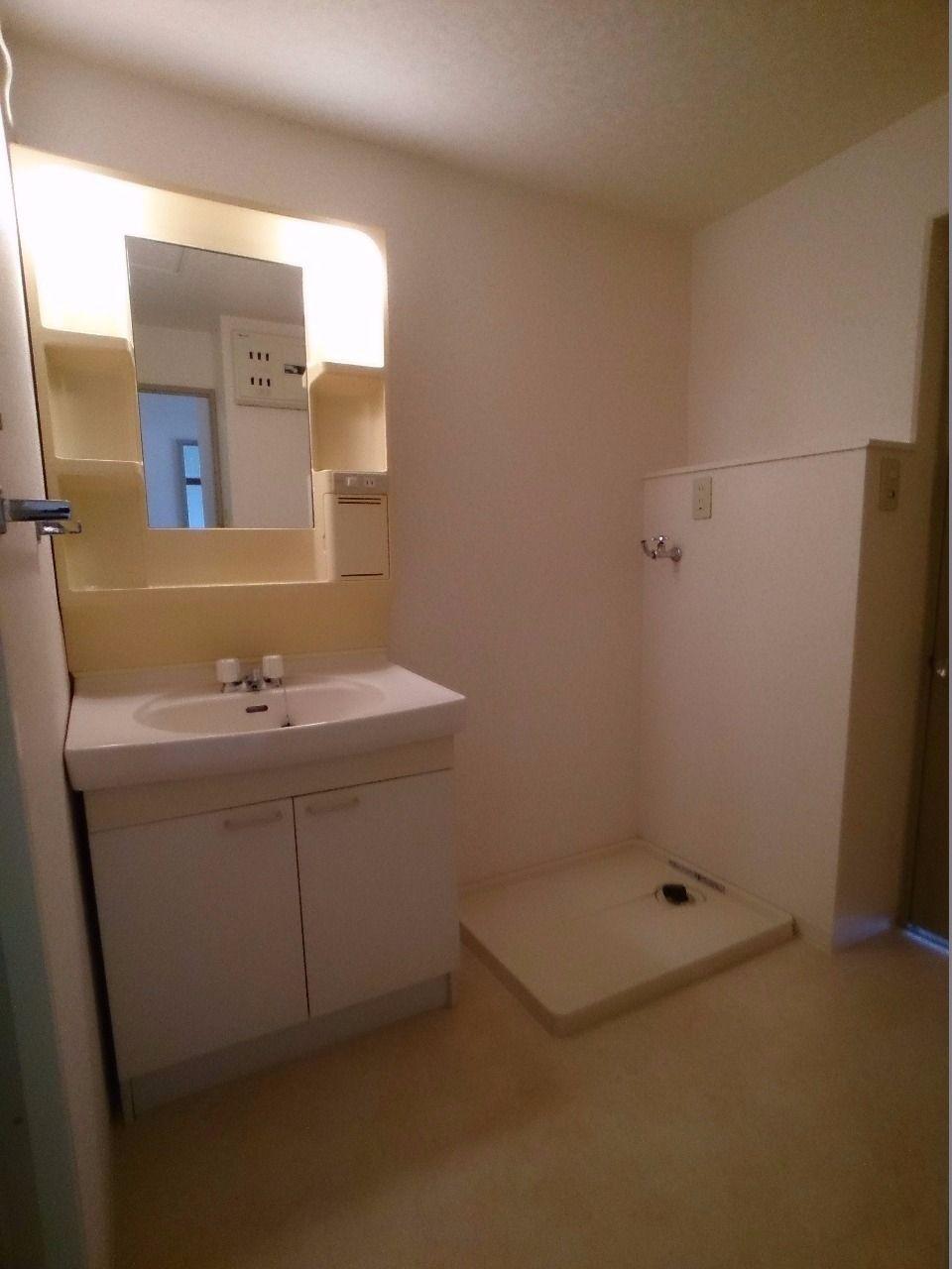 独立洗面台と防水パン付洗濯機置場があります