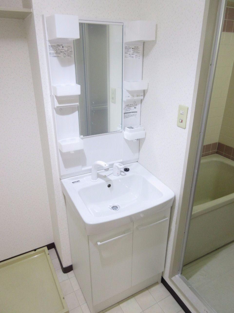 新品の清潔感溢れるスタイリッシュなデザインの洗面化粧台です