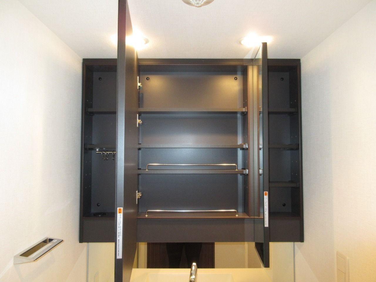 化粧品などの小物類を整理できる収納スペースだけでなく、ドライヤーフックやテッィシュボックス収納などのスペースもあります