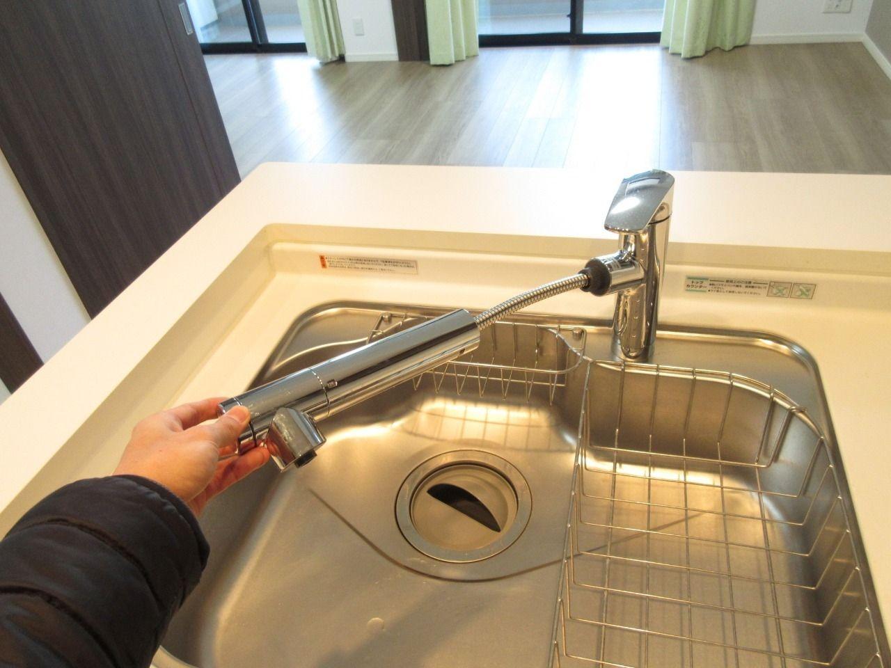 ノズルが伸びるのでシンクの掃除するのが楽々です。さらに浄水機能も付いています。