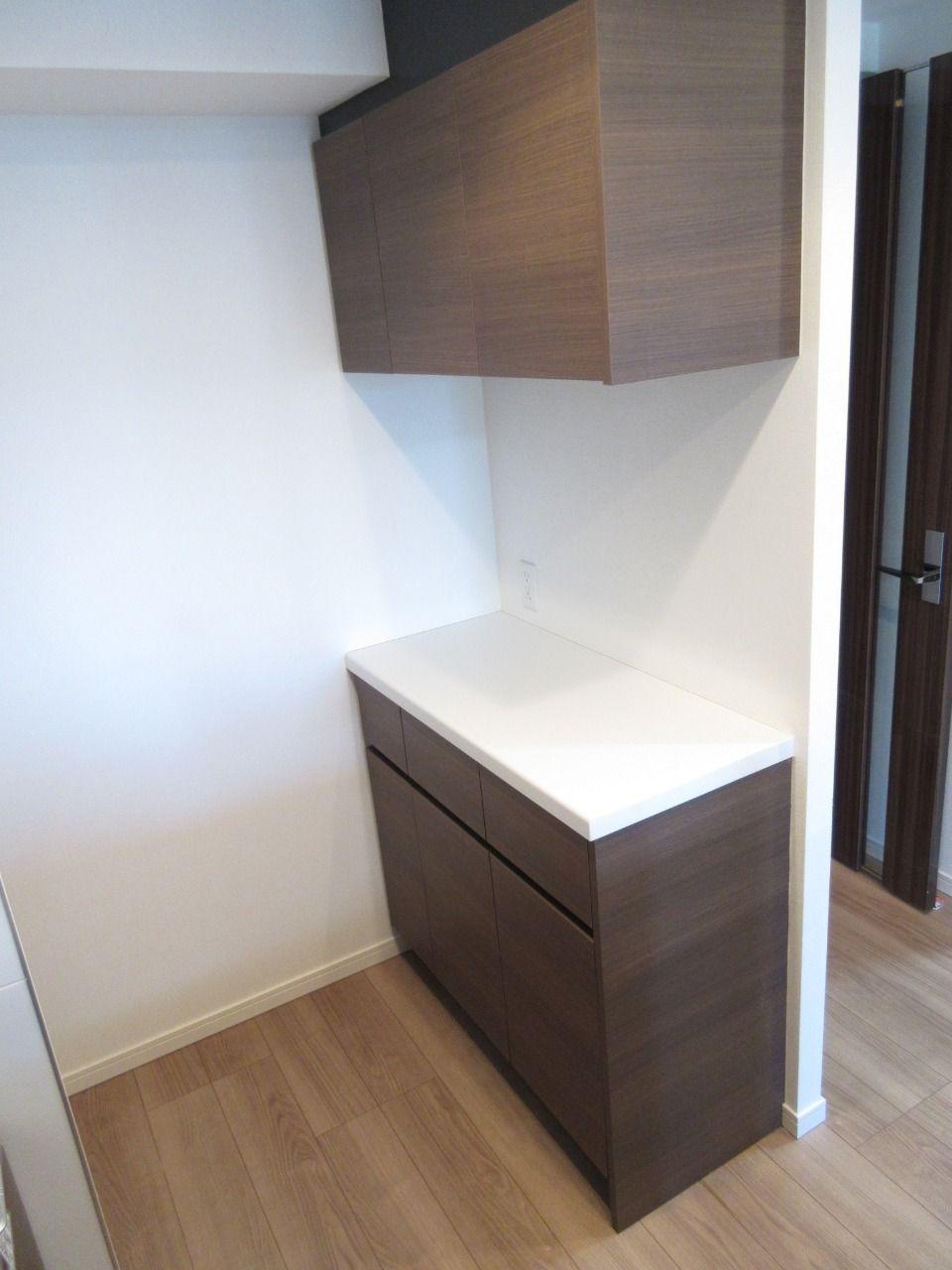 キッチンスペースの後ろに収納力の高いキャビネットがあります