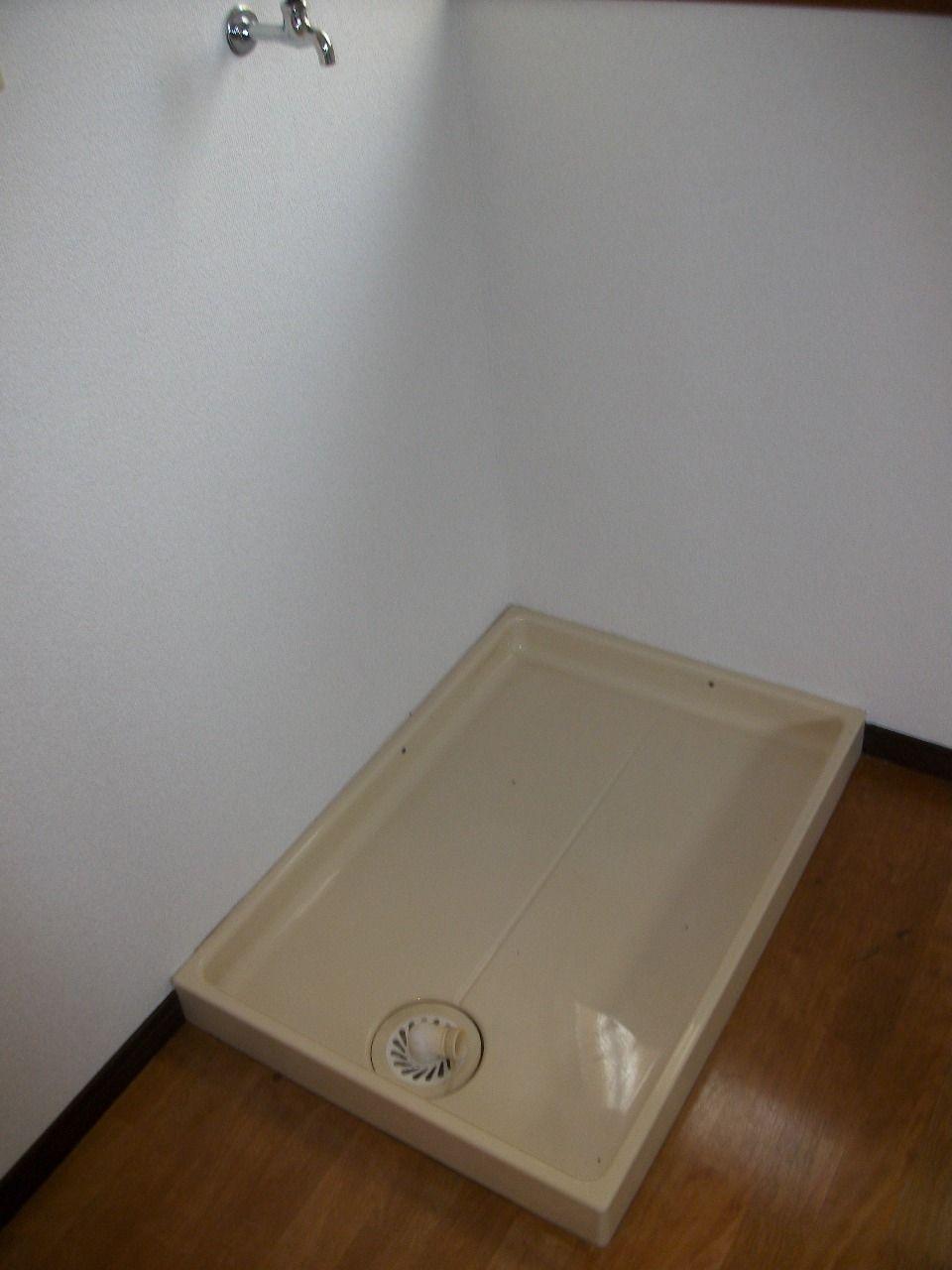 ダイニング部分にございます。洗濯機パン付き。
