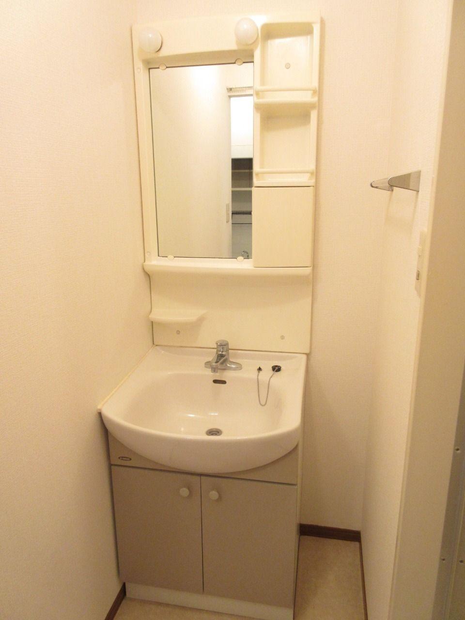 収納付鏡を設えた、意匠性高い洗面化粧台。