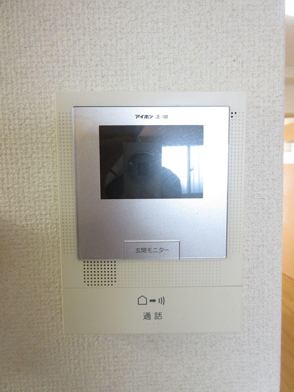 住戸内から音声と映像により来訪者を確認できます