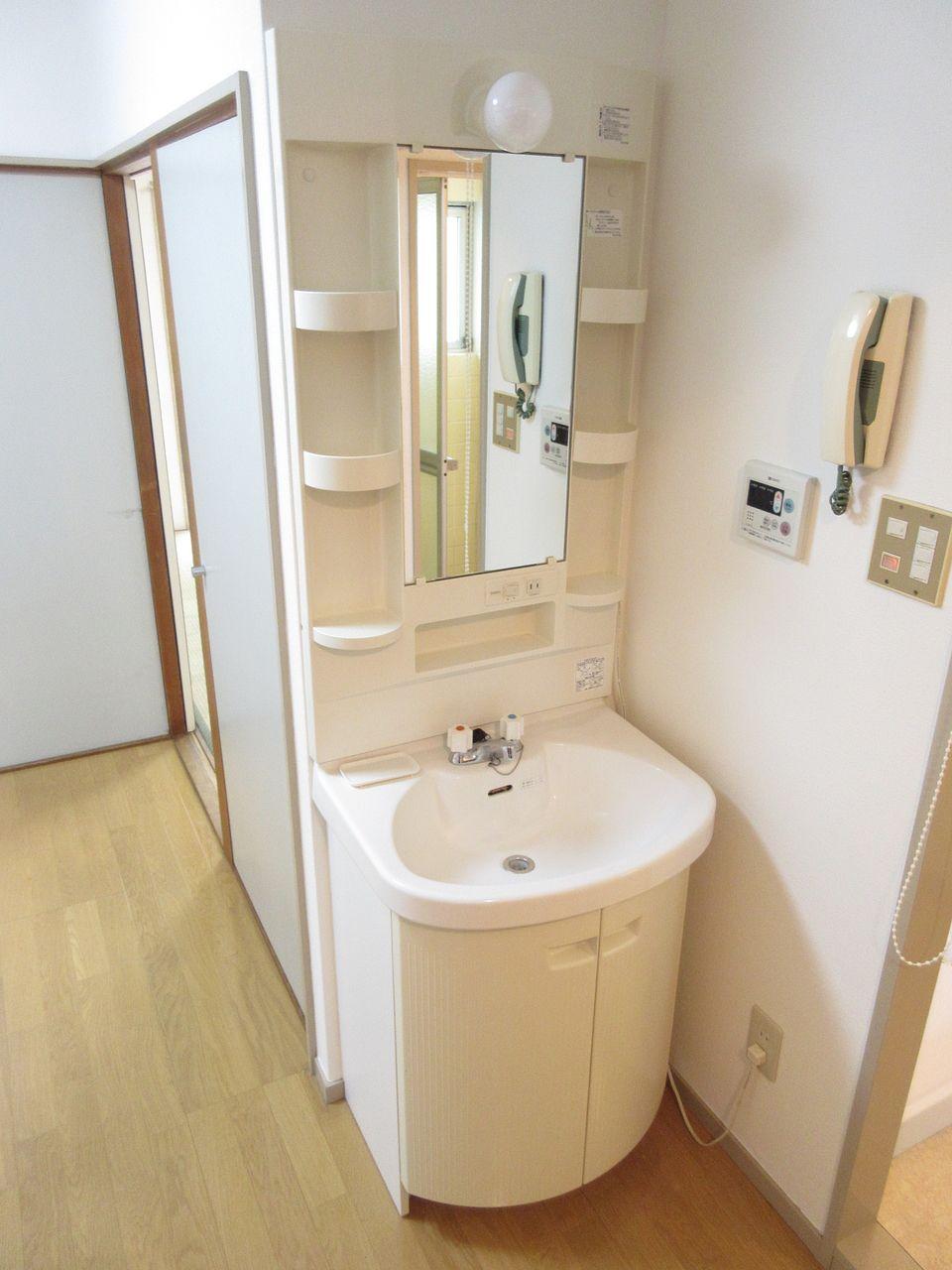 収納付鏡を設えた洗面化粧台。