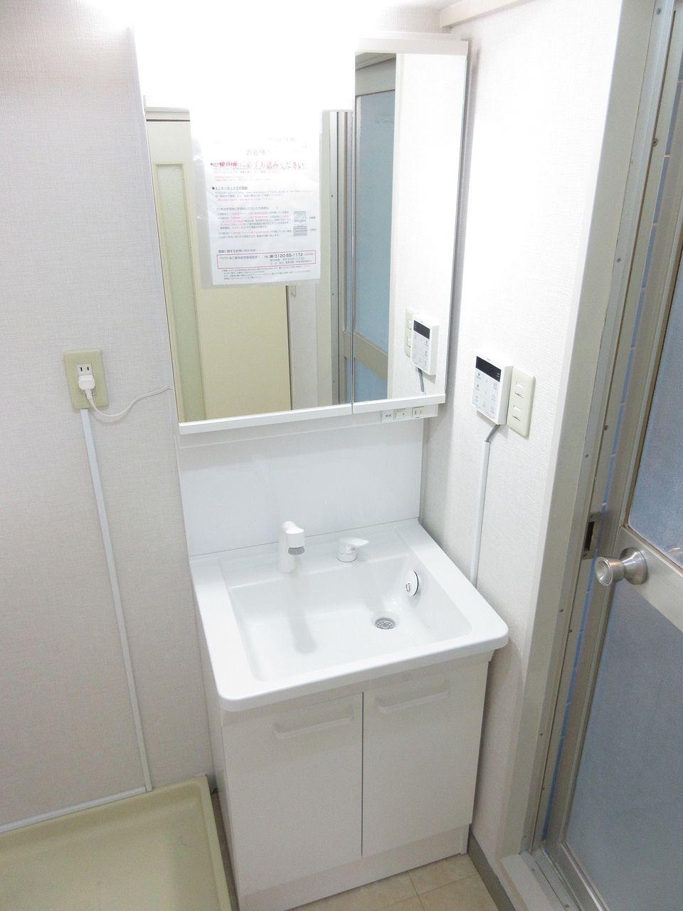 清潔感溢れるスタイリッシュなデザインの洗面化粧台です