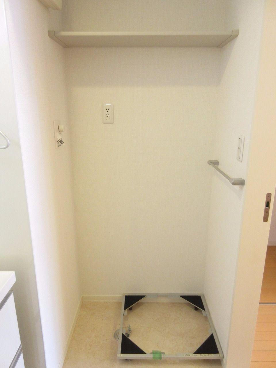 上部には棚板が設置してあるので、洗剤などを置くのに役立ちます