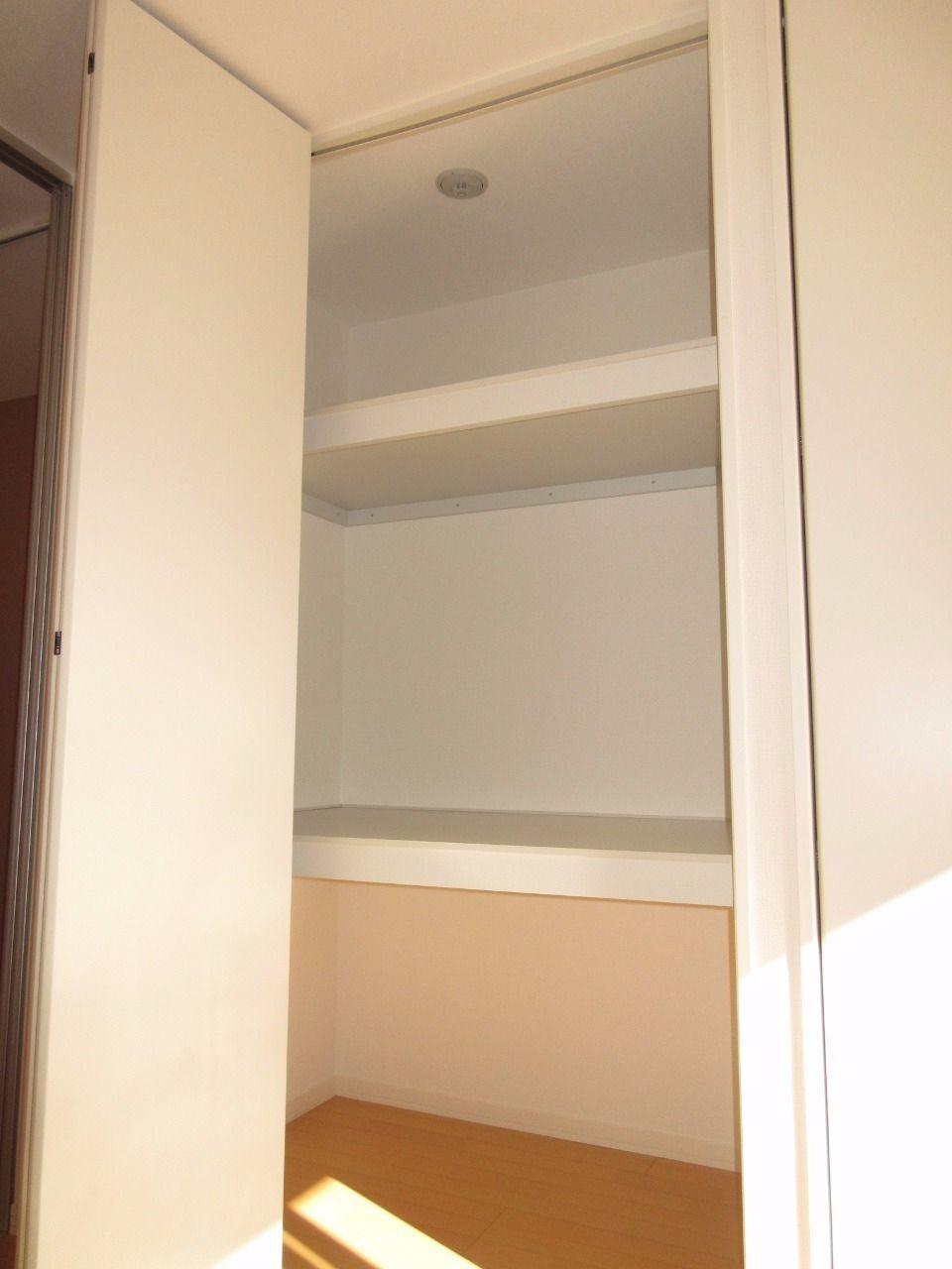 棚が2段あり、奥行きがあるので収納力が高いです