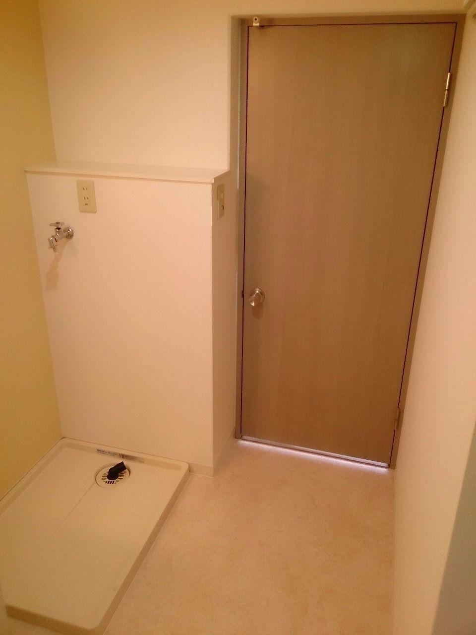 リビングへ繋がる戸があります 洗濯を干す時に便利です