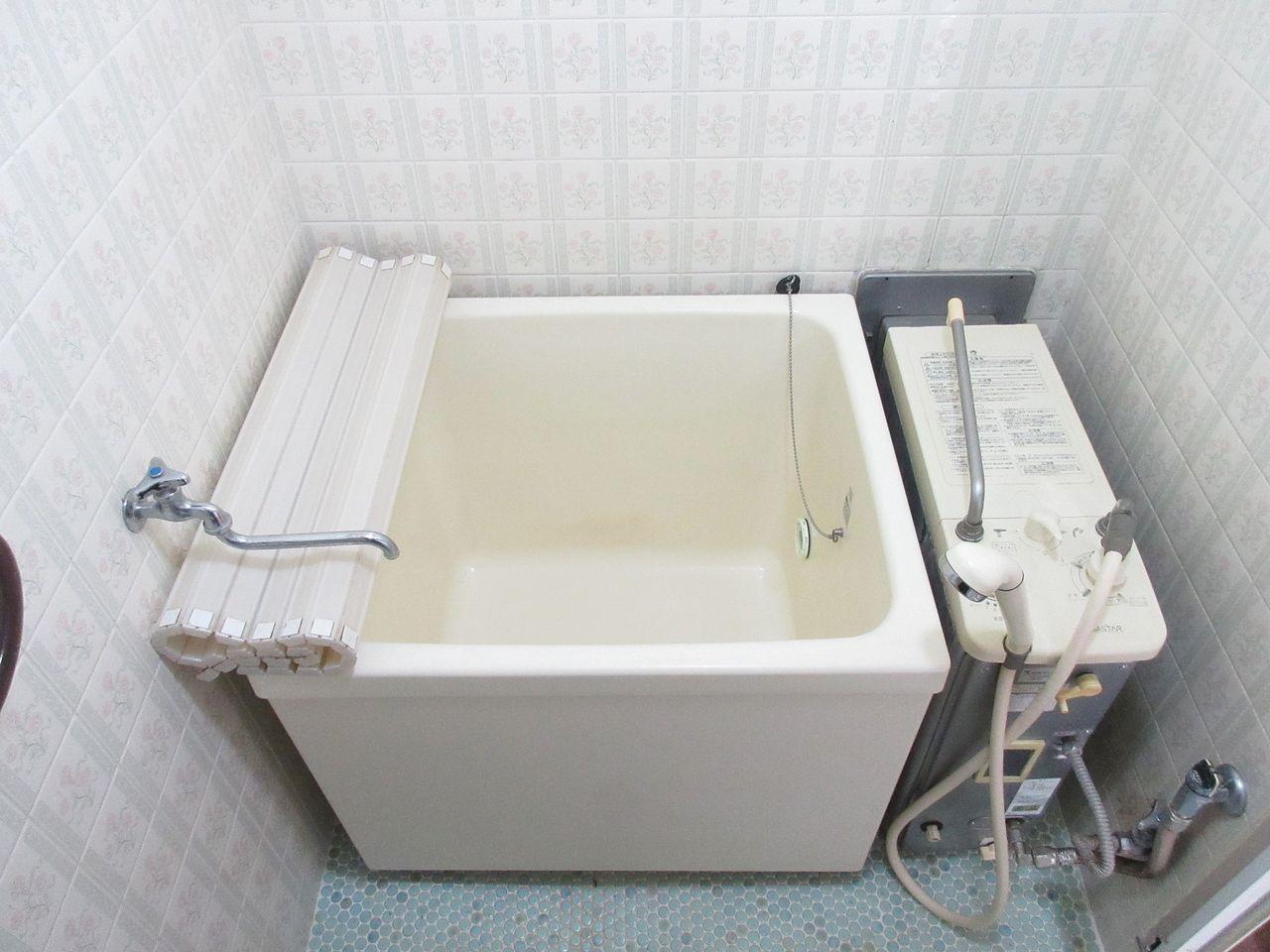 古いタイプのお風呂ですが、追い焚き機能が付いてます