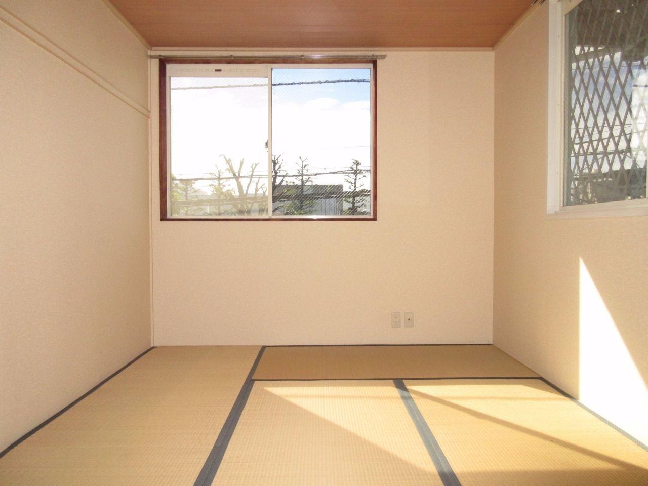 角部屋で2面採光の和室です
