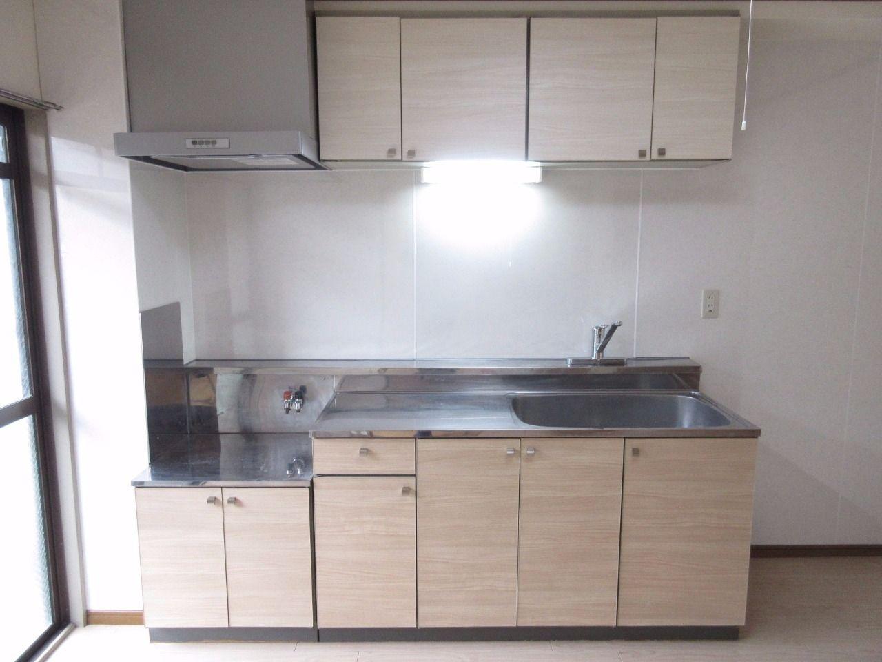上下で収納扉の色を変え、一般的なキッチンと印象を変えました。