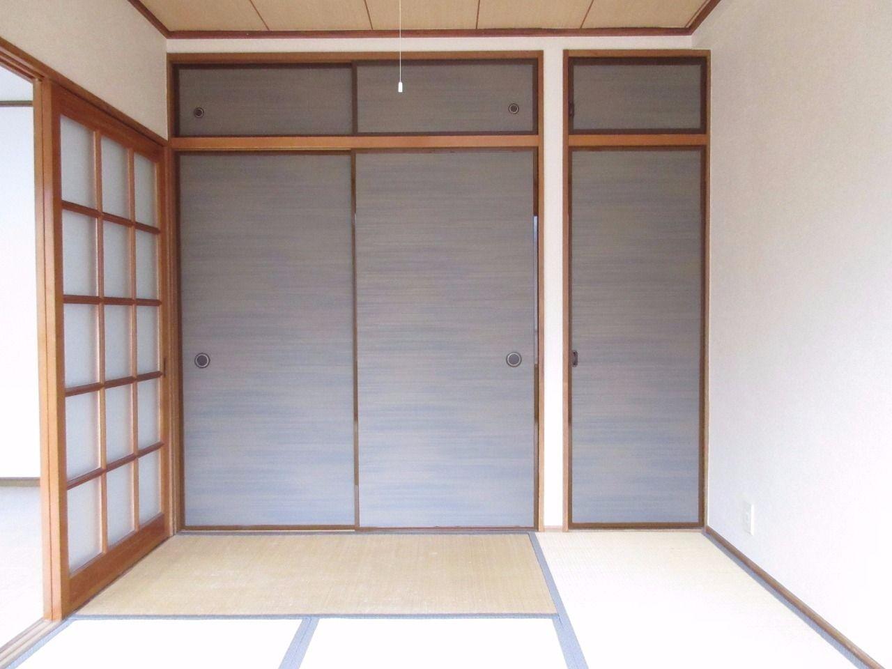 濃いブラウンの襖紙が落ち着いた和室の雰囲気とマッチしています