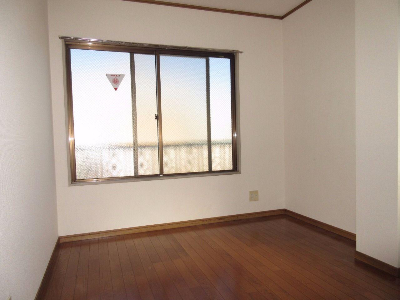 北側のお部屋ですが、2つの窓があるため明るく、夏場は涼しいです