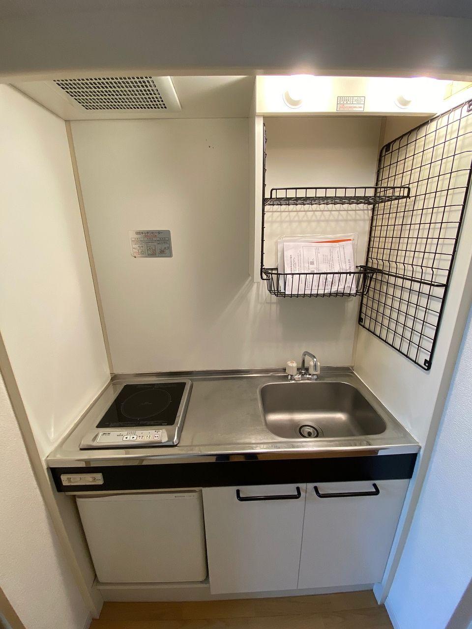 IHコンロを採用 ミニ冷蔵庫付です お持ちの冷蔵庫はお部屋でご使用ください
