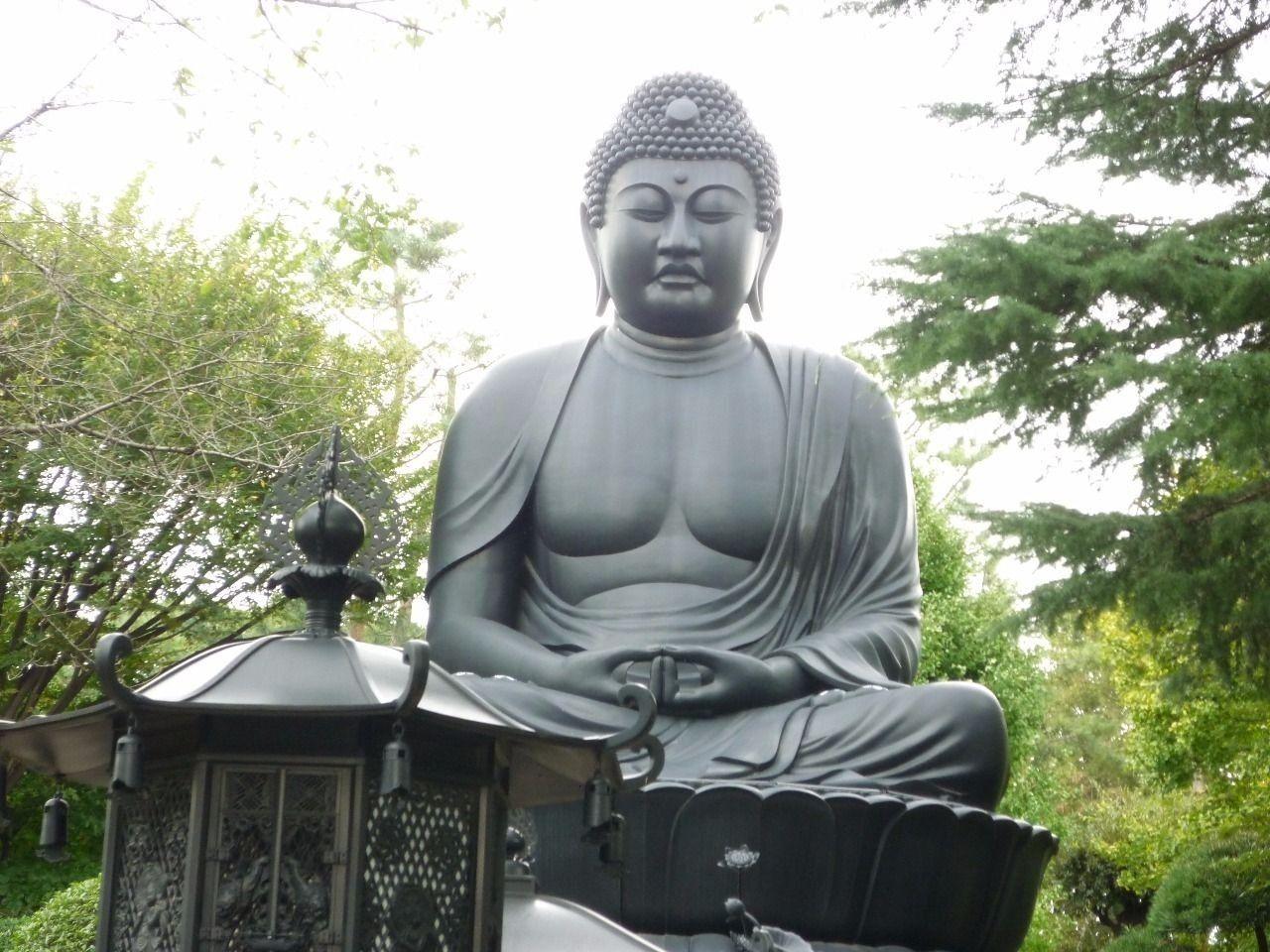 あまり知られていないと思いますが、ここ板橋でも大仏様を見ることができます。しかも奈良、鎌倉に並ぶ、三大仏の一つだと言われています。この大仏様は乗蓮寺内にあります。坐像で青銅製の鋳造大仏という条件なら東京大仏は日本で3番目に大きいらしいです。また板橋十景だけでなく、新東京百景にも選ばれています。ここに行くとなぜか落ち着きます。また、大みそかには屋台なども出てかなり賑わいます。初詣にもおススメな場所です。
