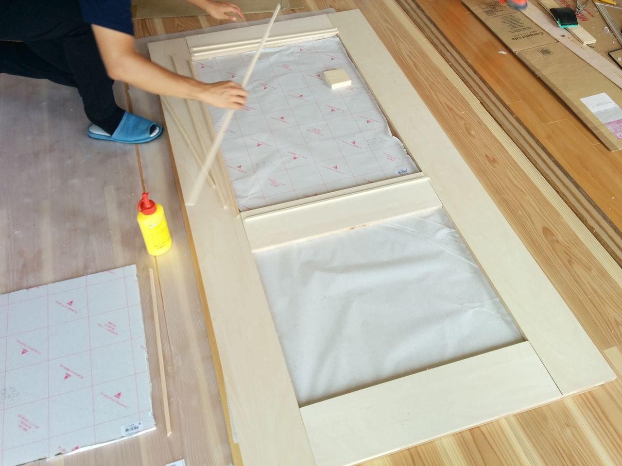 みなさまこんにちは。 前回のブログでは扉の枠を組み立てて終わりました。 今回はこの枠にアクリル板をはめ込んでいきます。
