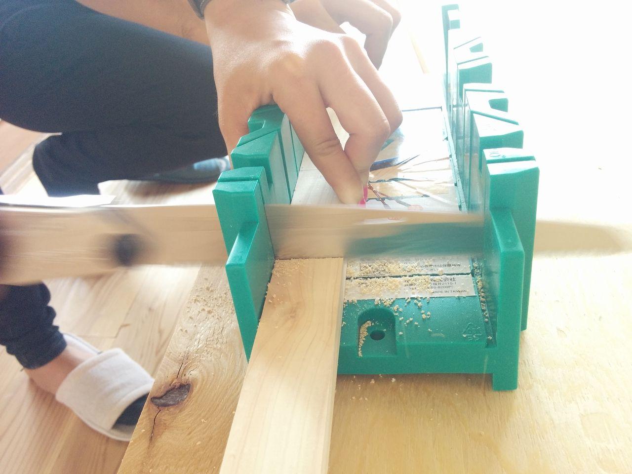 2×4材用の切断ガイドを使って木材をカットします。 このガイドは45°、90°、67.5°など角度で木材を斜めにカットすることもできます。 今回は2×4材ではないですが、このガイドに木材をはめてカットしてみるとキレイにカットすることができました。