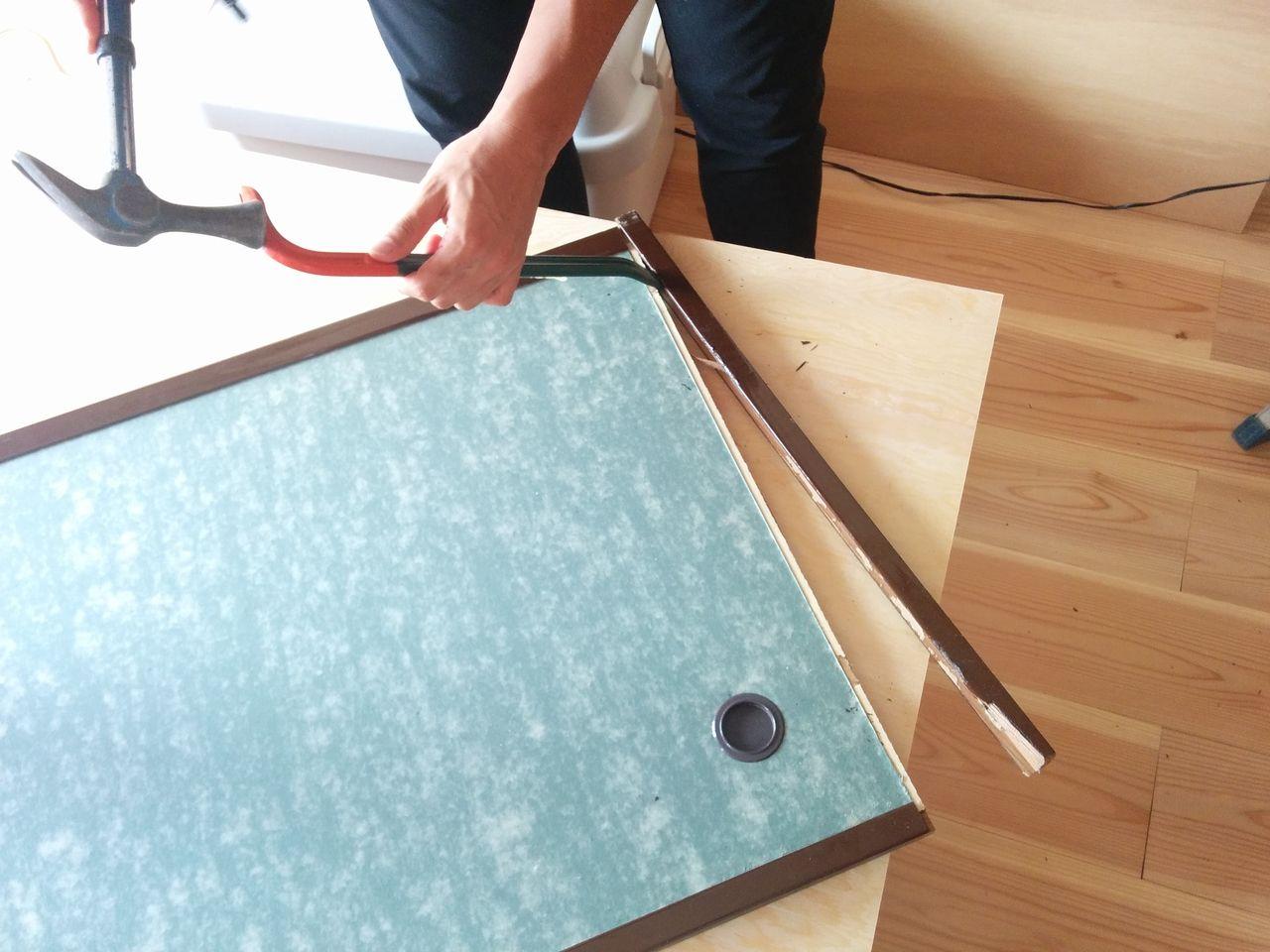 バールとハンマーを使って、襖の化粧縁と引手を解体します。