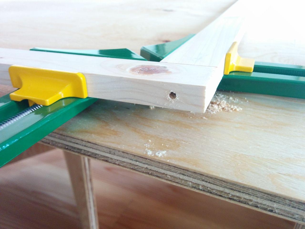 ビスを打ち込む前に下穴をあけてあげます。 ひと手間かかりますが、こうすることでビスを打ち込む際に木材が割れにくくなります。 ちなみに下穴の大きさは使うビスの径より少し細いぐらいで、下穴の深さはビスの長さと同じか少し短いぐらいが目安です。