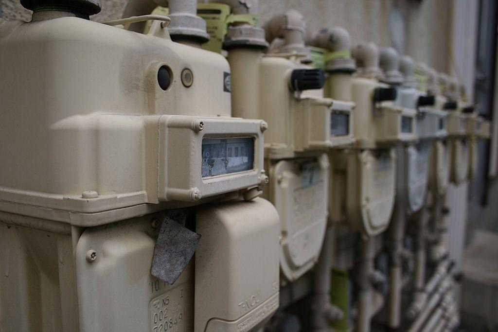 みなさまこんにちは。 今回は「ガスが止まった場合の復帰手順」をご紹介します。 震度5相当以上の地震などの非常時には、ガスメーター(マイコンメーター)の安全装置が作動して、ガスを止めます。 また、隣に新しい建物を建てるなどの工事の揺れでも、安全装置が地震の揺れと勘違いしてしまい止まる可能性もあります。