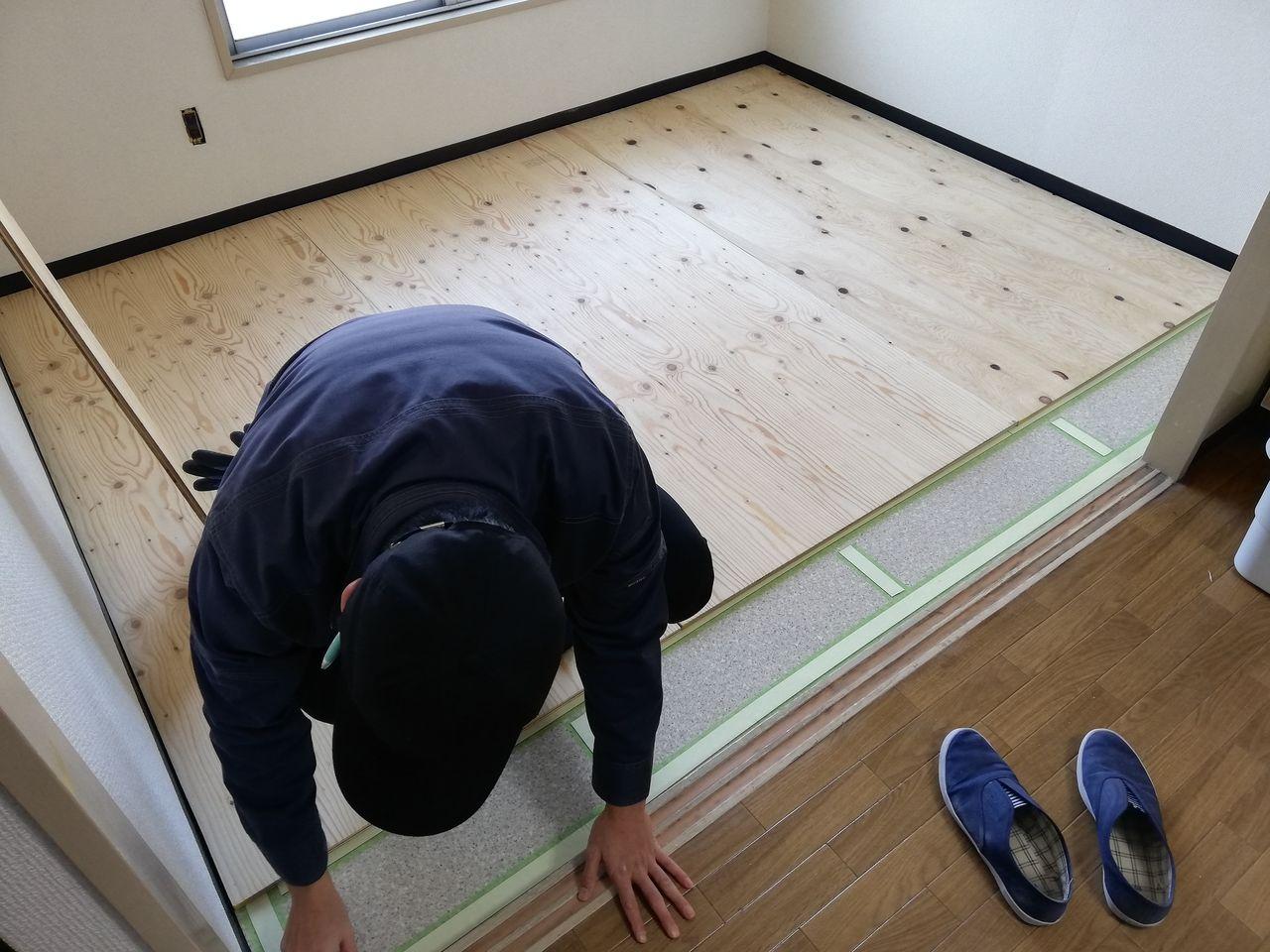 みなさまこんにちは。 前回の【ブログ】の続きです。 下地材として使われる合板を貼りつけるために、原状の床に養生テープを貼るところまでで終わりました。 今日は床を完成させていきます。
