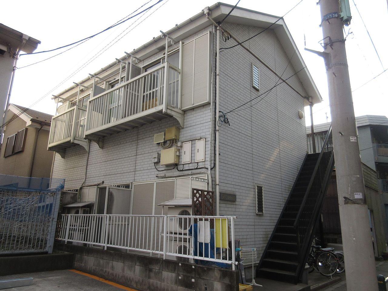 みなさまこんにちは。 板橋区高島平の賃貸アパート【ヴュークレスト201号室】を藤ホーム地所株式会社の遠藤がご紹介いたします。 一人暮らし向けのお部屋になります。