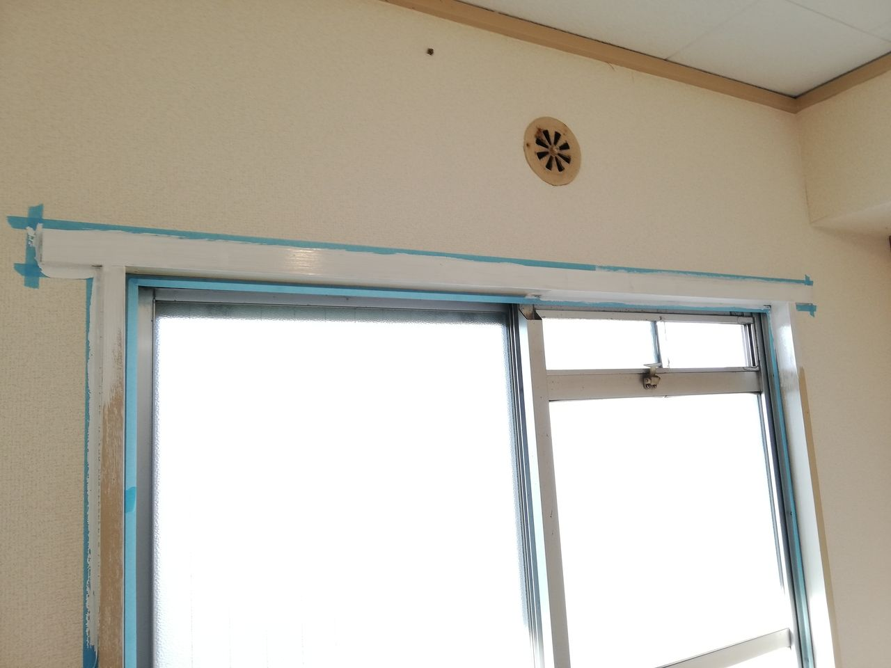 みなさまこんにちは。前回の【ブログ】の続きです。窓周りの枠をペンキで白く塗っていきます。