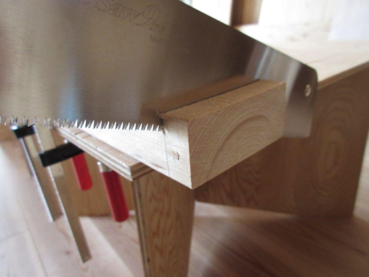 みなさまこんにちは。『ノコギリで木材をキレイにカットする方法~ガイドなし編 その1~』の続きです。数あるやり方の中の一つの参考例だと思って見ていただければと思います。
