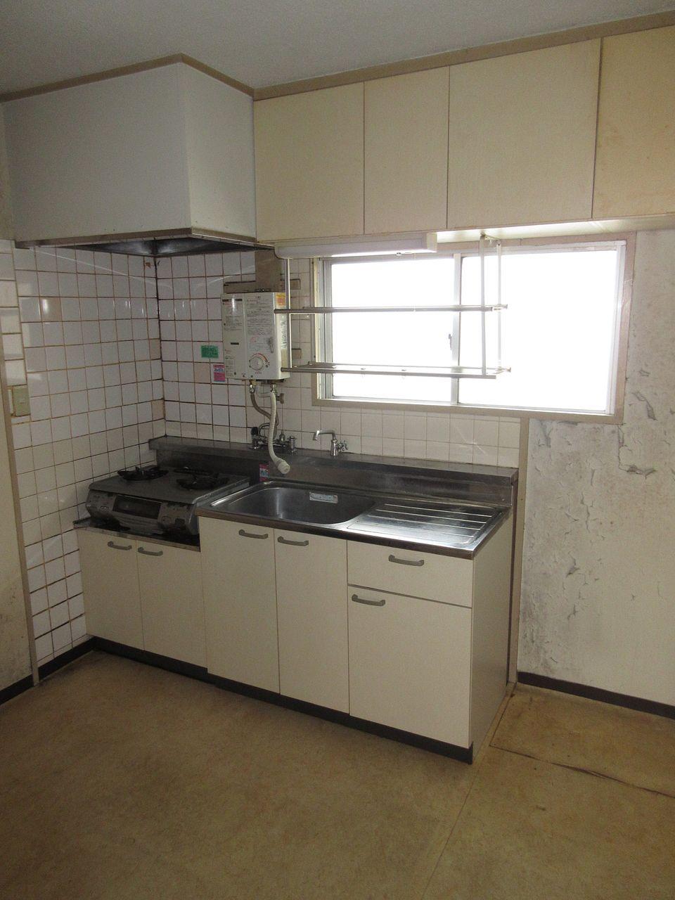 みなさまこんにちは。『DIY賃貸予定部屋の工事レポート~Vol.9~』の続きです。キッチンのタイル面をキレイにしていきます。