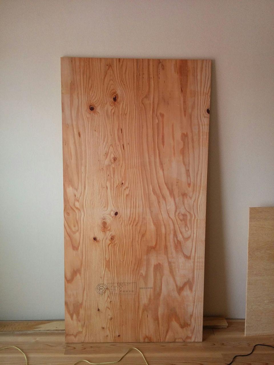 みなさまこんにちは。DIYをやっていれば、合板って言葉を聞いたことがあると思います。これは世間一般的に言うとベニヤ板です。今回はこのベニヤ板に書いていきます。