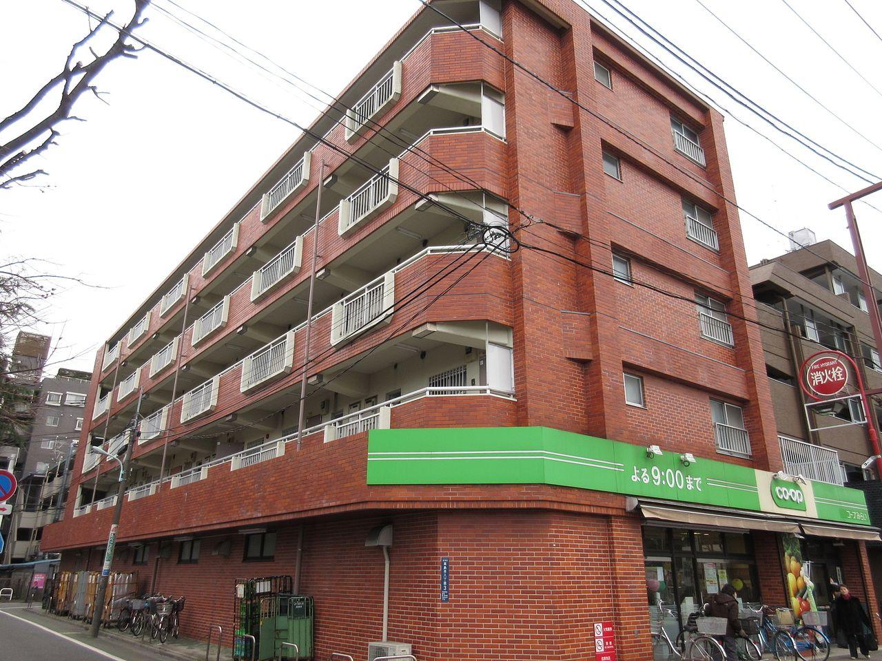 みなさまこんにちは。板橋区高島平の賃貸マンション【クリーンマンション高島303号室】。間取りは2DK。建物1階の『コープ』が目印です。