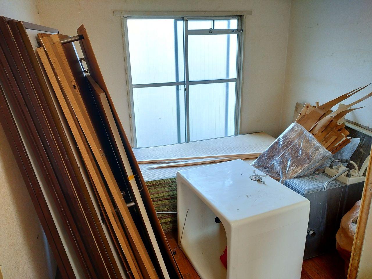 みなさまこんにちは。『第二藤マンションのリノベーション~その3~』の続きです。とうめい引戸が完成しました。下の部屋はどうなっているのでしょうか?ちなみにこの部屋も蓮根サニーハウスと同じで、DIY可能物件として貸し出す予定です。