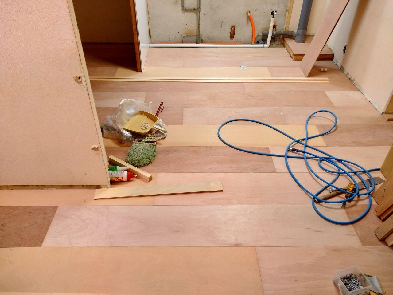 合板を割いて、フローリングのようにはっていきます。そうするとどうでしょうか。合板なのに良い感じに仕上がってみえませんか。