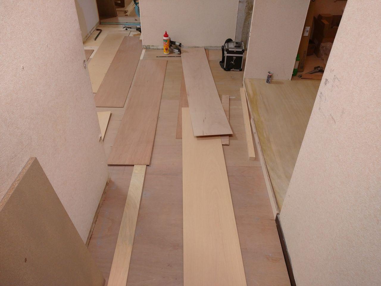 みなさまこんにちは。『第二藤マンションのリノベーション~その7~』の続きです。LDKの床はちょっと面白い素材を使っていきます。