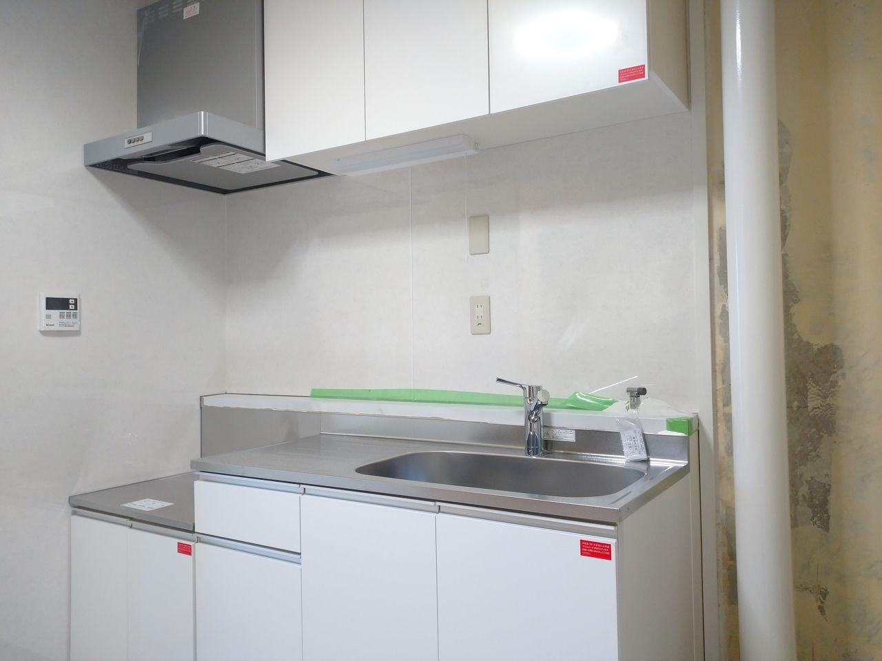 みなさまこんにちは。『第二藤マンションのリノベーション~その11~』の続きです。新設キッチンが取り付けられました。