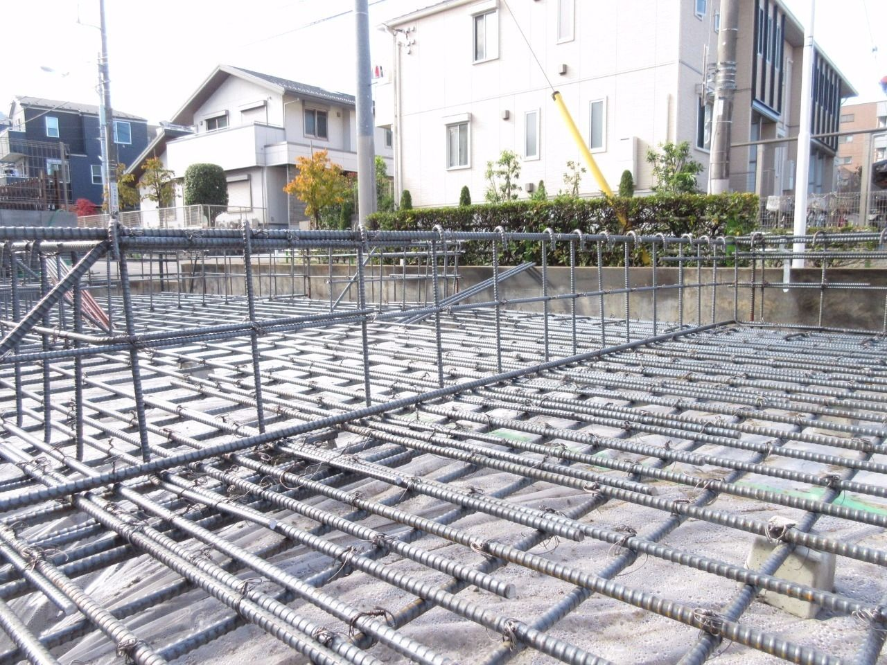 前回のブログから時間が経ってしまいましたが、少しずつ現場が動き始めました。 今日は建物の土台である基礎配筋をチェックしてきました。