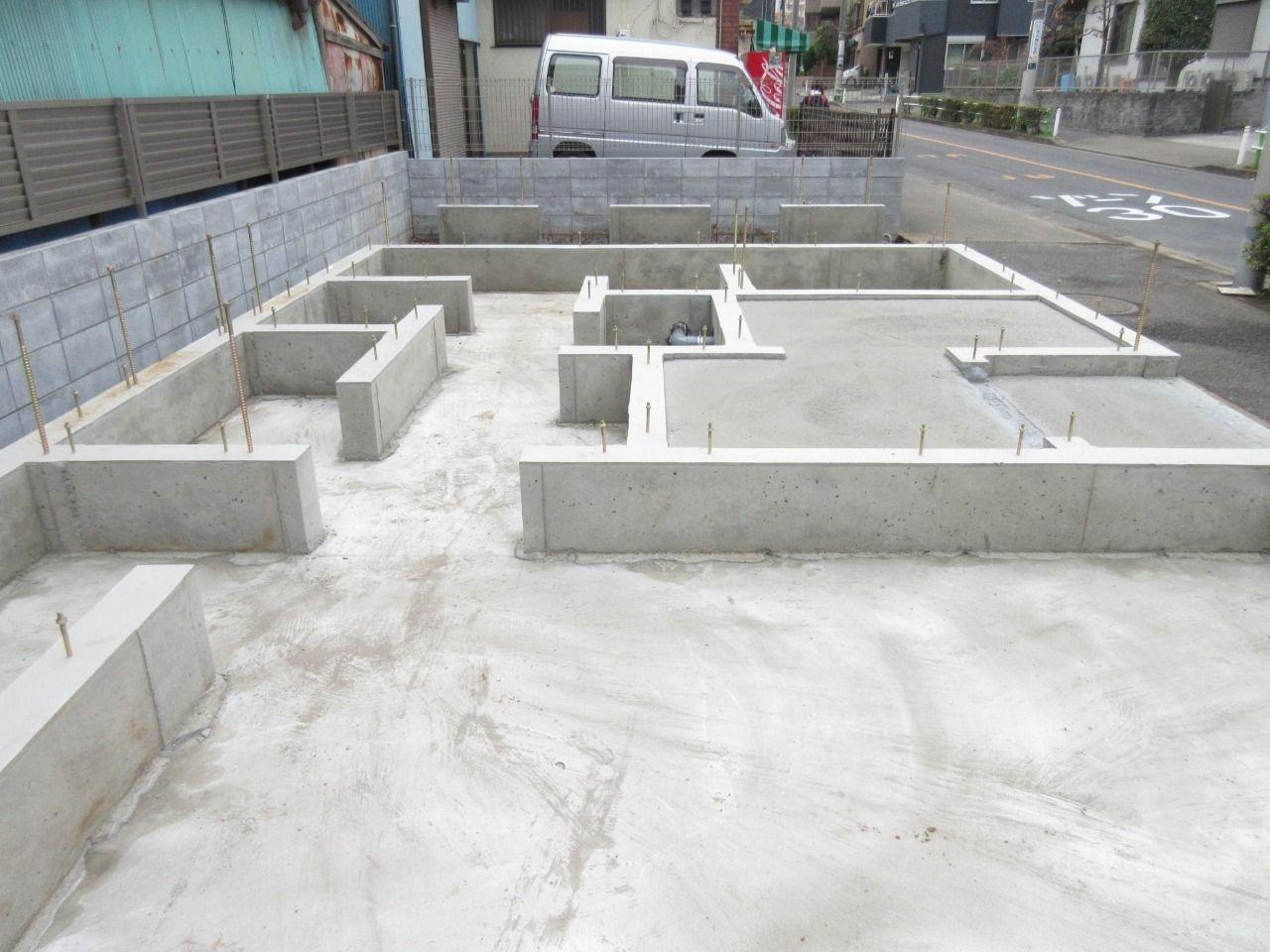 徳丸3丁目の新築戸建現場の状況報告です。 コンクリート打設が終わり、型枠が外れました。